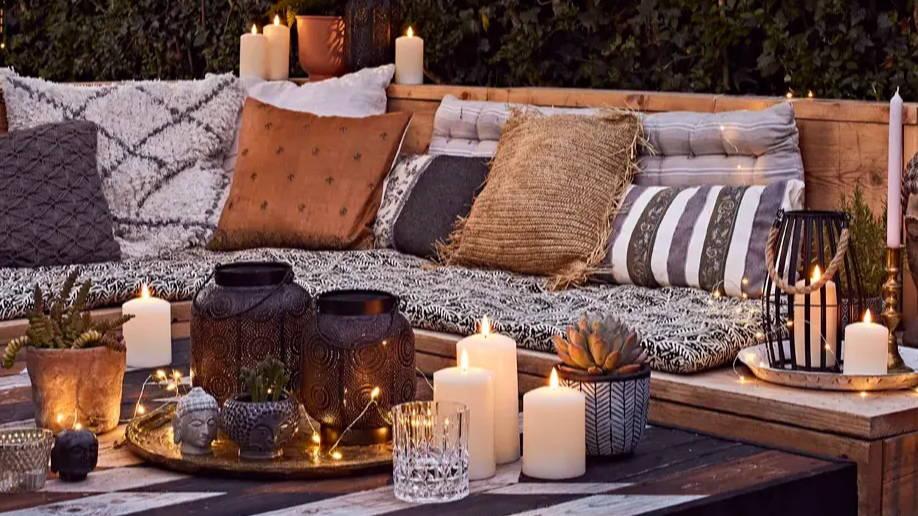 Éclairage solaire et à piles pour une ambiance tamisée. Des lanternes avec bougies d'extérieur et lanternes solaires.