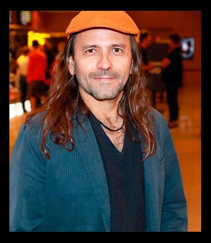 O diretor Halder Gomes com boina laranja e terno de veludo