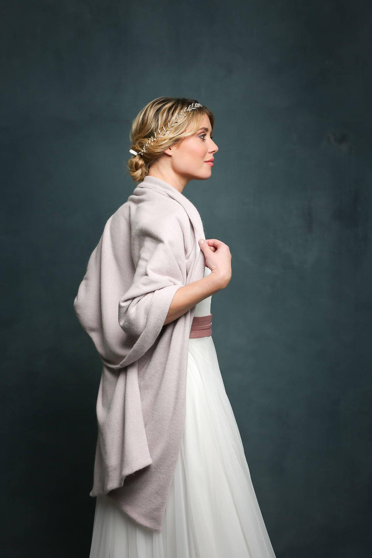 noni Brautkleider, mehretiliges Brautkleid mit Tüllrock und Corsage in Ivory, dazu Brautstola in Pastellviolett