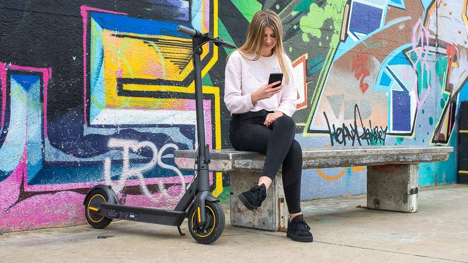 Ninebot Max G30 電動滑板車在滑板公園寬電話