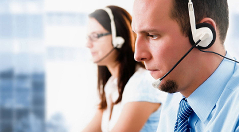 Kundendienstmitarbeiter am Telefon mit Kunden von Tobii Dynavox
