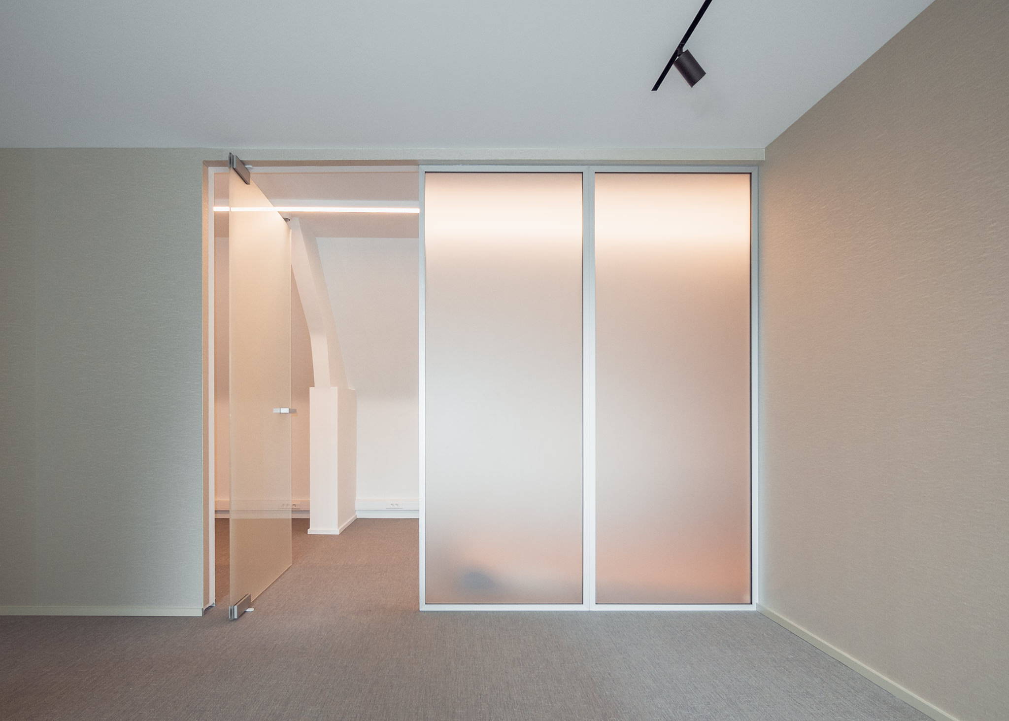 Glass pivot door without floor sprung