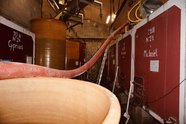 vin rouge en cuve