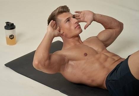 Mann macht Sit-Ups während Ganzkörpertraining