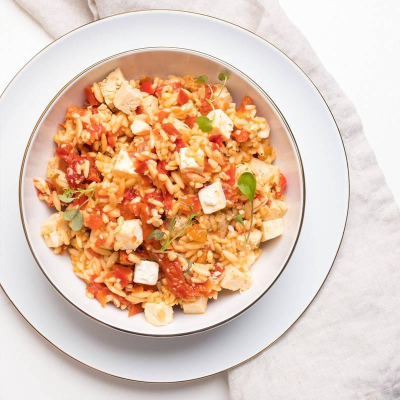 Orzo aux tomates séchées signé Isabelle Huot Docteure en nutrition. Plat végétarien déjà cuisiné prêt en 5 minutes. Notre plat d'orzo est équilibré en saveurs et en texture : orzo al dente, tofu en cubes, féta fondant et tomates séchées, le tout recouvert d'un filet d'huile aromatisée au basilic. Un repas végétarien divin qui convaincra les amateurs de viande les plus endurcis.
