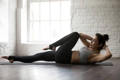 Frau bei der Bauchmuskel-Übung Käfer bzw. Fahrradfahren
