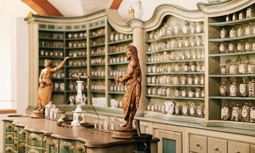 Apotheke innen Gläser Tiegel Statuen Waage