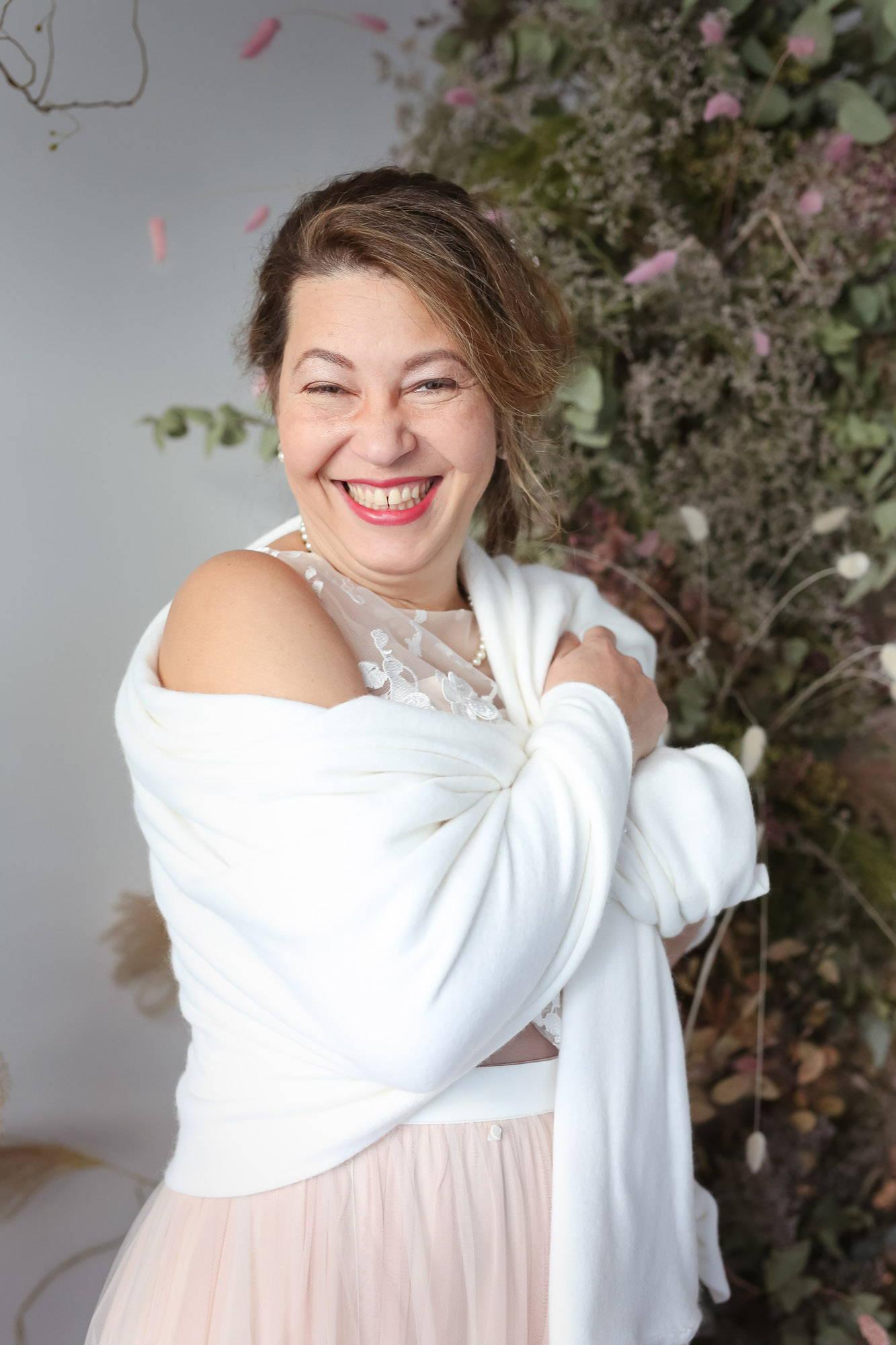 noni Brautmode, Brautkleid mit Rock in Blush, Überrock mit 3D-Blüten und Top mit 3D-Blüten