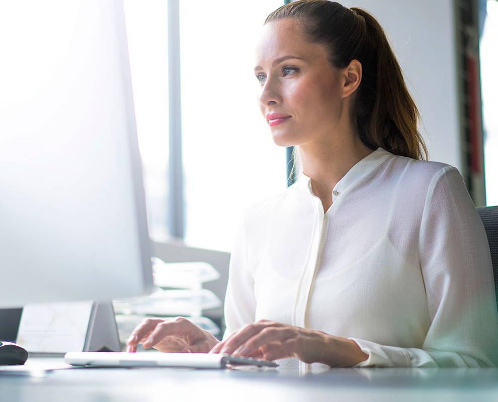 Frau schaut sich ein Webinar von Tobii Dynavox an