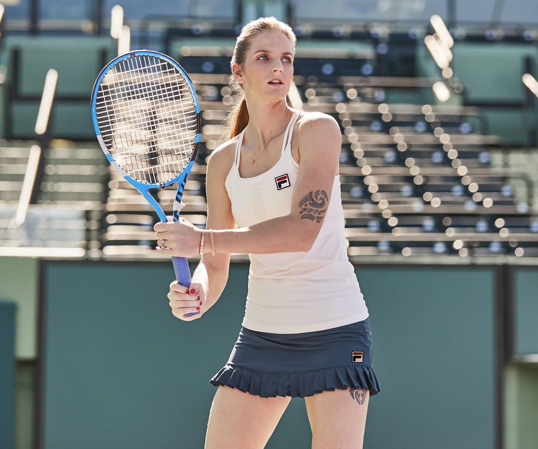 frauen bucken in tennis rocken