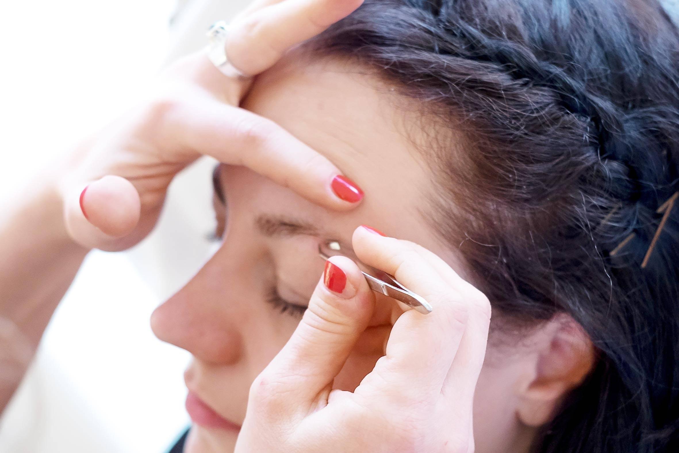wild wuchernde augenbrauen? unsere kosmetikerin kümmert sich um dein augenbrauen neustyling!