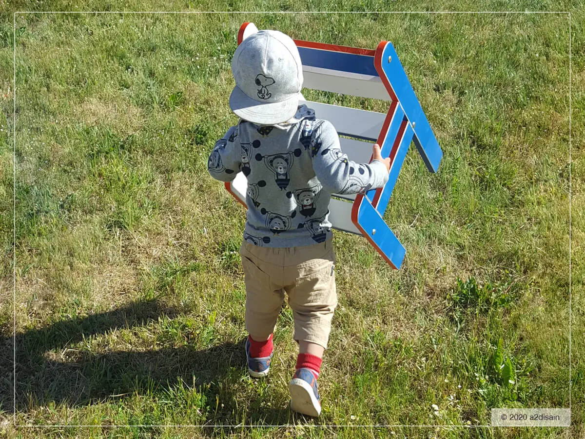 Poiss tassib a2 disain laste mängumaja Marine Max tooli.