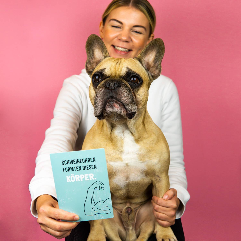 Loreine und Carlito mit den ehrlichen Meilensteinkarten für Hunde