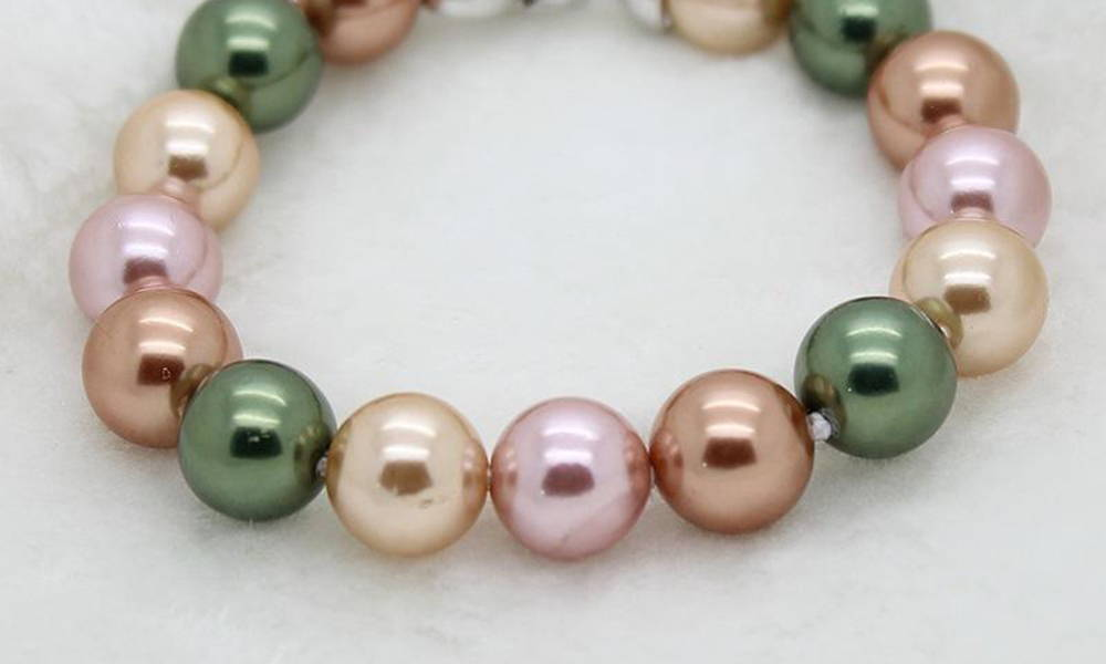 What are Shell Pearls? Shell Pearls are Synthetic, Fake Pearls. Close-Up of Colors, Surface Quality and Luster
