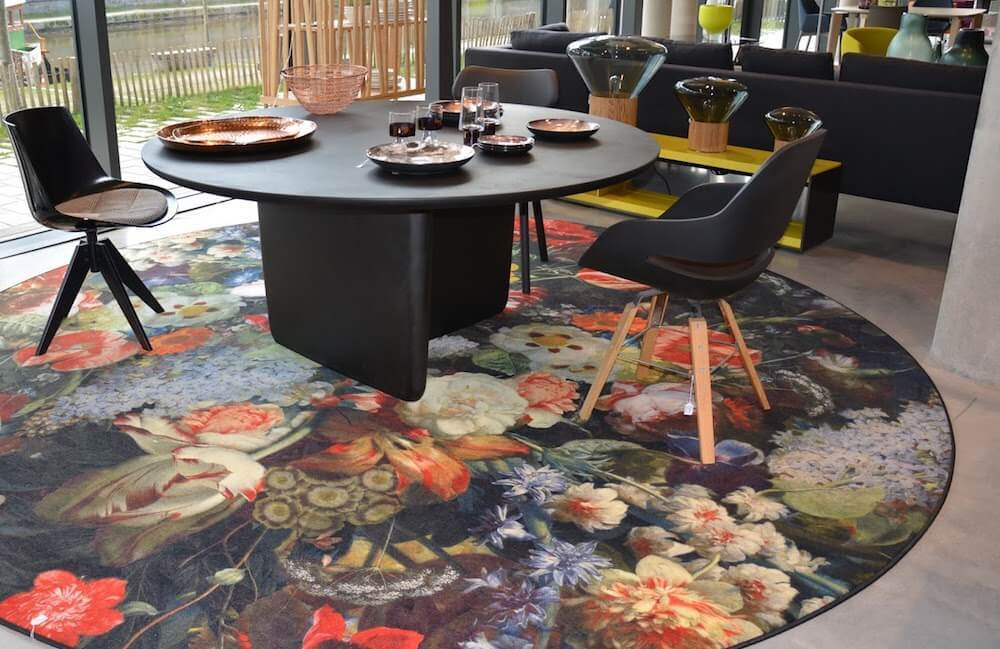 This round rug brings the floral interior design trend into your dining or living area.