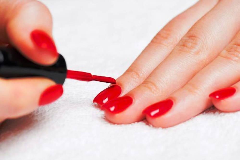 Vernir ses ongles avec pinceau