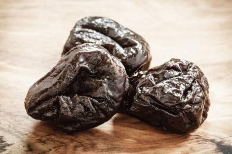 La frutta secca come le prugne secche è ricca di fibre