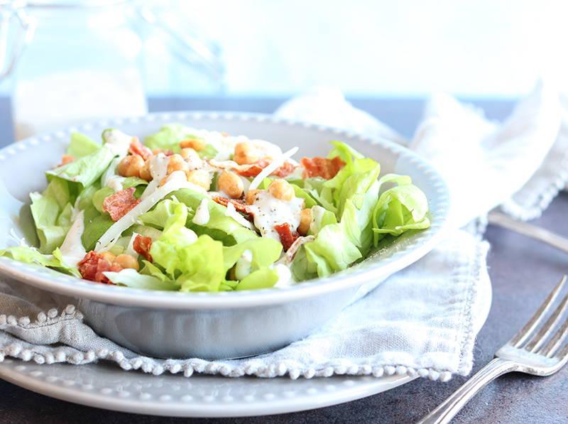 Recette de salade protéinée avec prosciutto grillé et pois chiches grillés au sel de mer de la nutritionniste et Docteure en nutrition Isabelle Huot