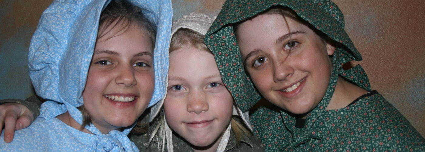 Girls in Pioneer clothing visit the National California/Oregon Trail Center
