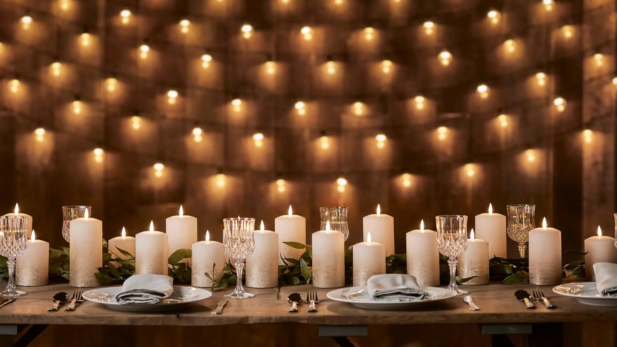 TruGlow LED Kerzen als Tischdeko für Hochzeiten mit Tellern & Gläsern.