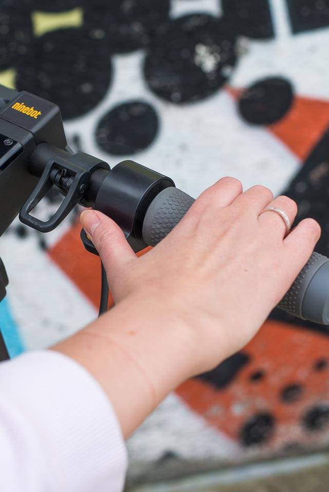 Ninebot Max G30 電動滑板車評測油門油門