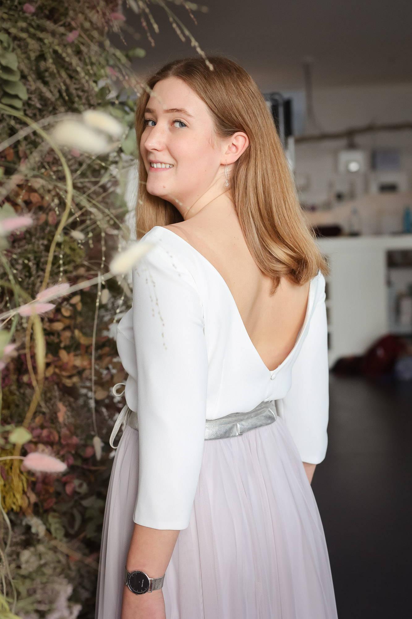 noni Brautkleider, zweiteiliges Hochzeitskleid mit rückenfreiem Brauttop, Ledergürtel und Tüllrock in Pastellviolett