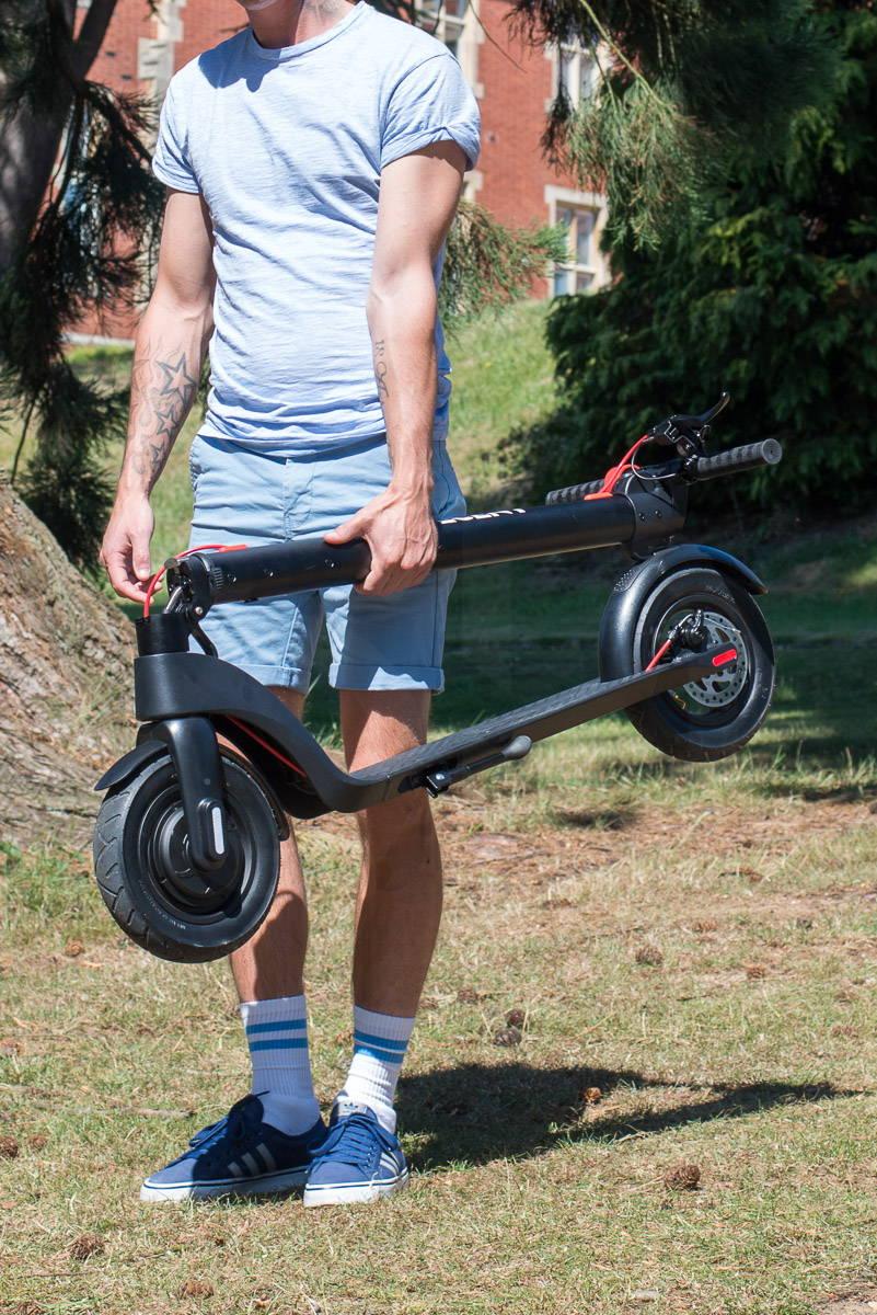 體面的 X7 踏板車重量男子攜帶