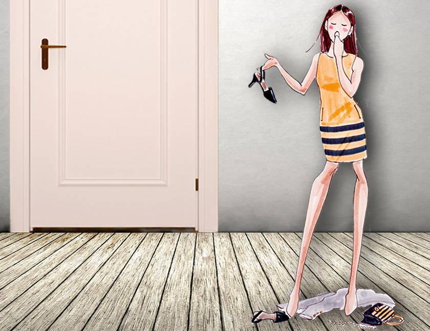 Dusch-Moment Mädchen zieht nach langem Arbeitstag gähnend ihre Schuhe aus