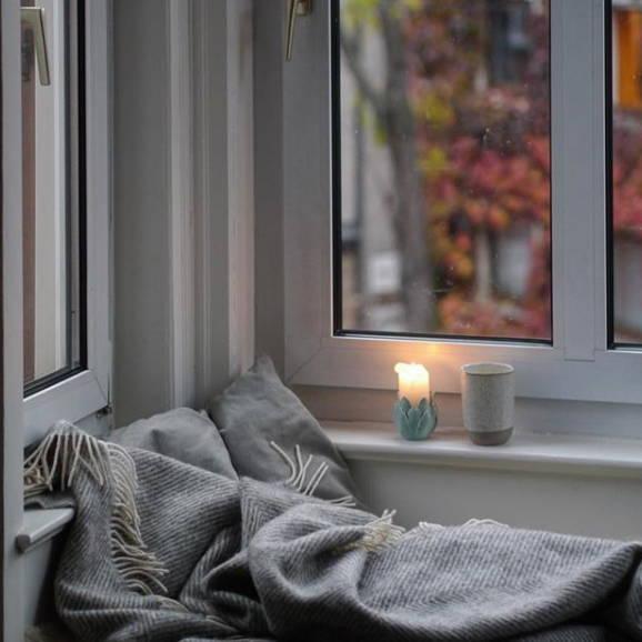 Fensterbank Sitzecke Wolldecke Hygge-Style