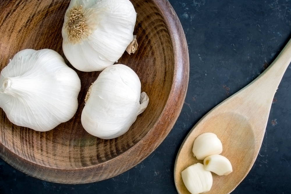 fresh garlic in a wooden bowl||improve our white blood cells with garlic|immune system