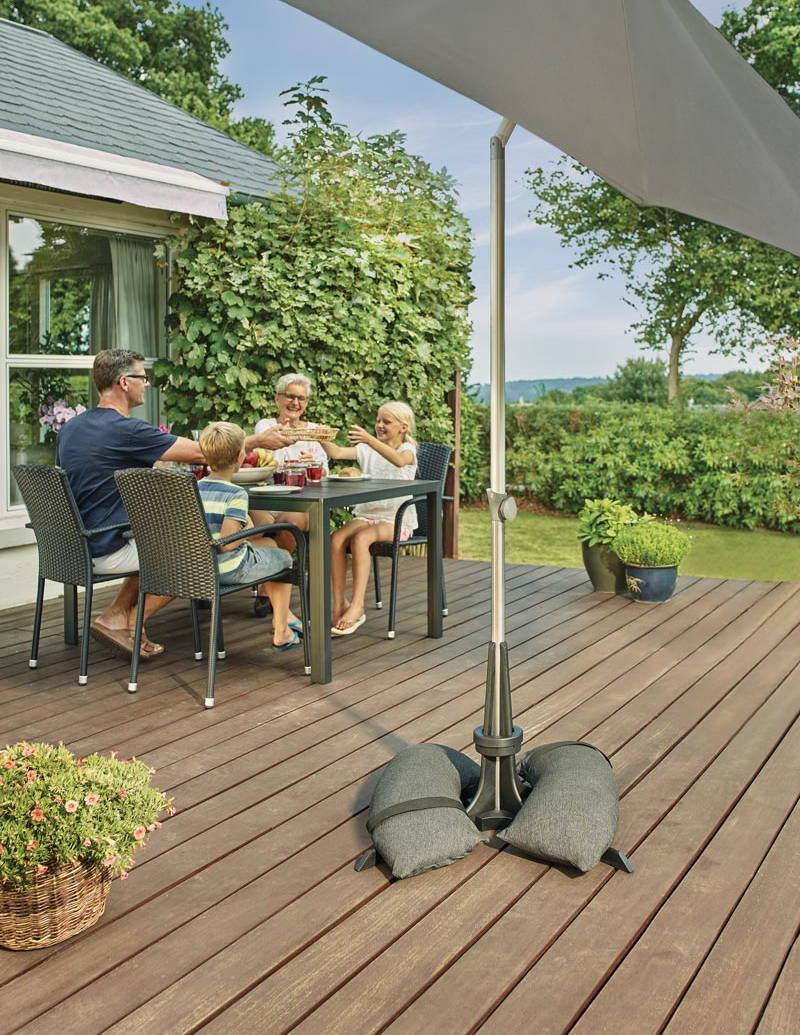 Baser Sonnenschirmständer Terrasse Familie Sommer genießen Schatten