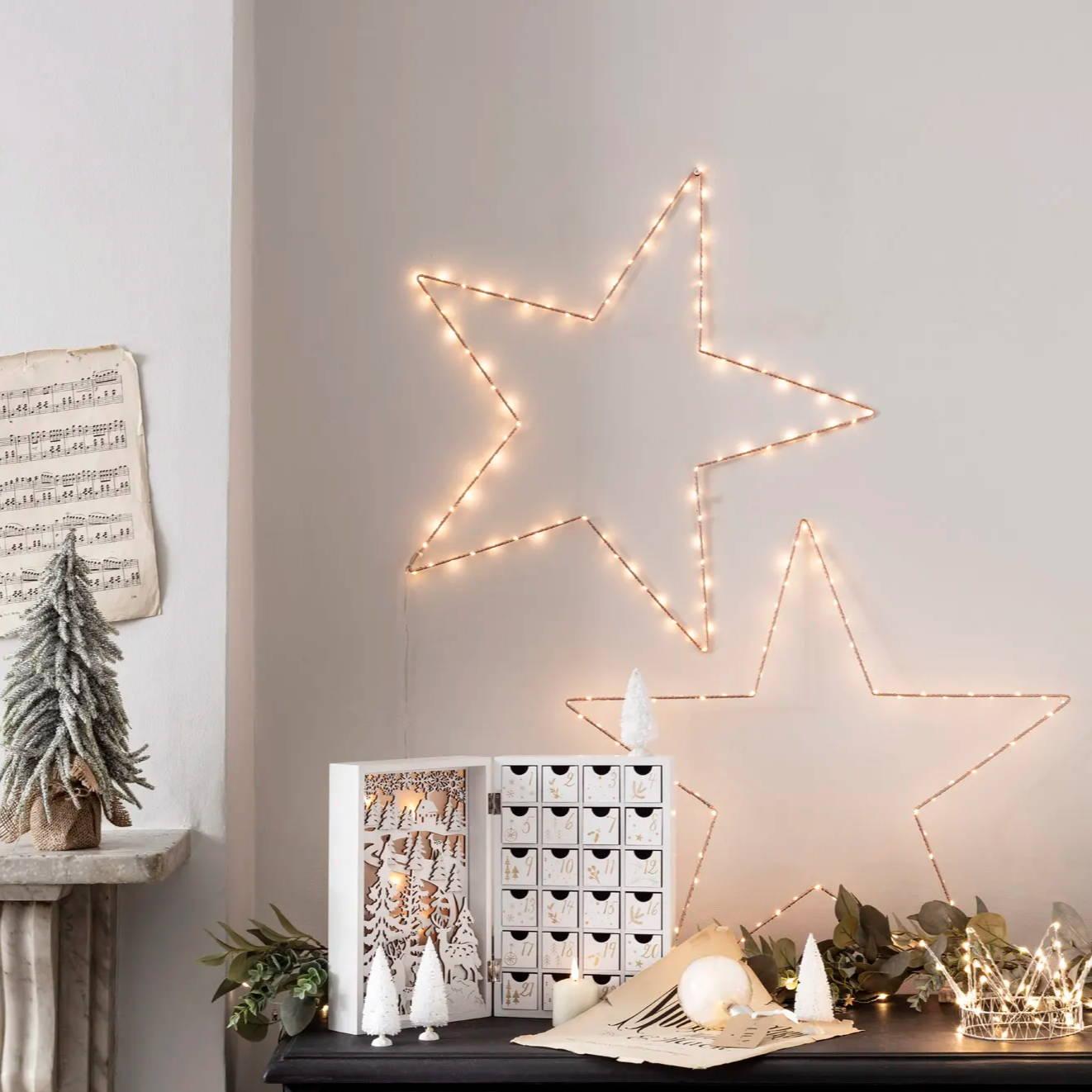 Osby-Sterne in warmweiß als Wanddeko mit Adventskalender.