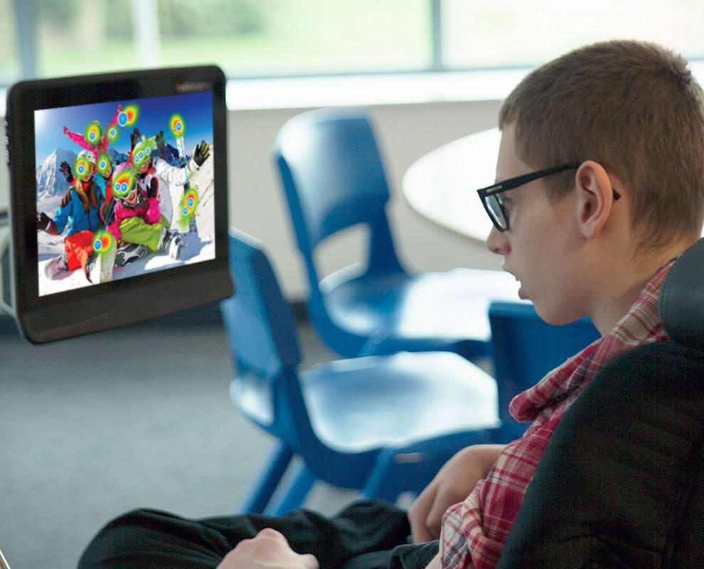 Junger Mann benutzt Gaze View auf seinem UK-Gerät von Tobii Dynavox