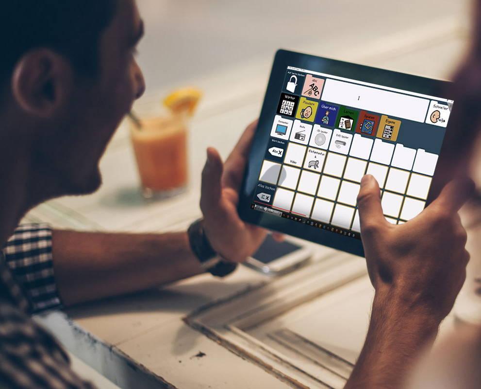 Person benutzt Compass auf einem Gerät mit unterstützender Technologie von Tobii Dynavox