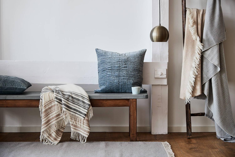 Hygge zuhause: Decke aus Merinowolle, Samt-Kissen aus 100% Baumwolle