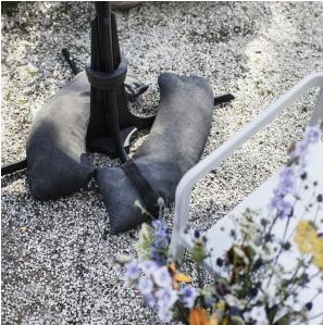 Baser Sonnenschirmständer Sandsäcke dunkelgrau Kies Blumen