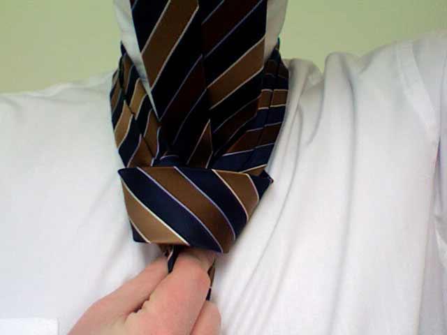 How to tie a pratt knot step 7