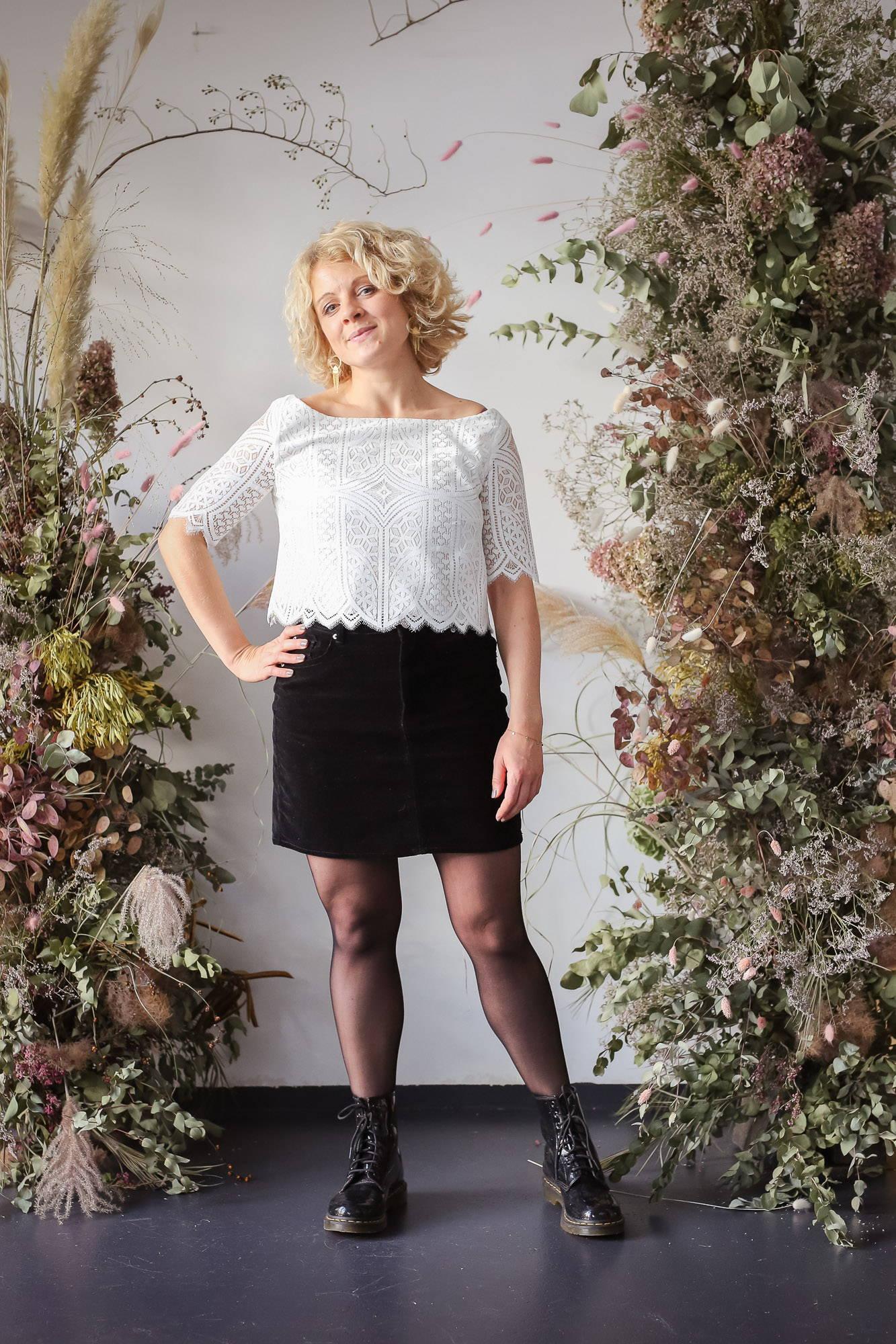 noni Brautkleider, Boho-Top Louise aus grafischer Spitze in Ivory, kombiniert mit schwarzem Rock und Boots