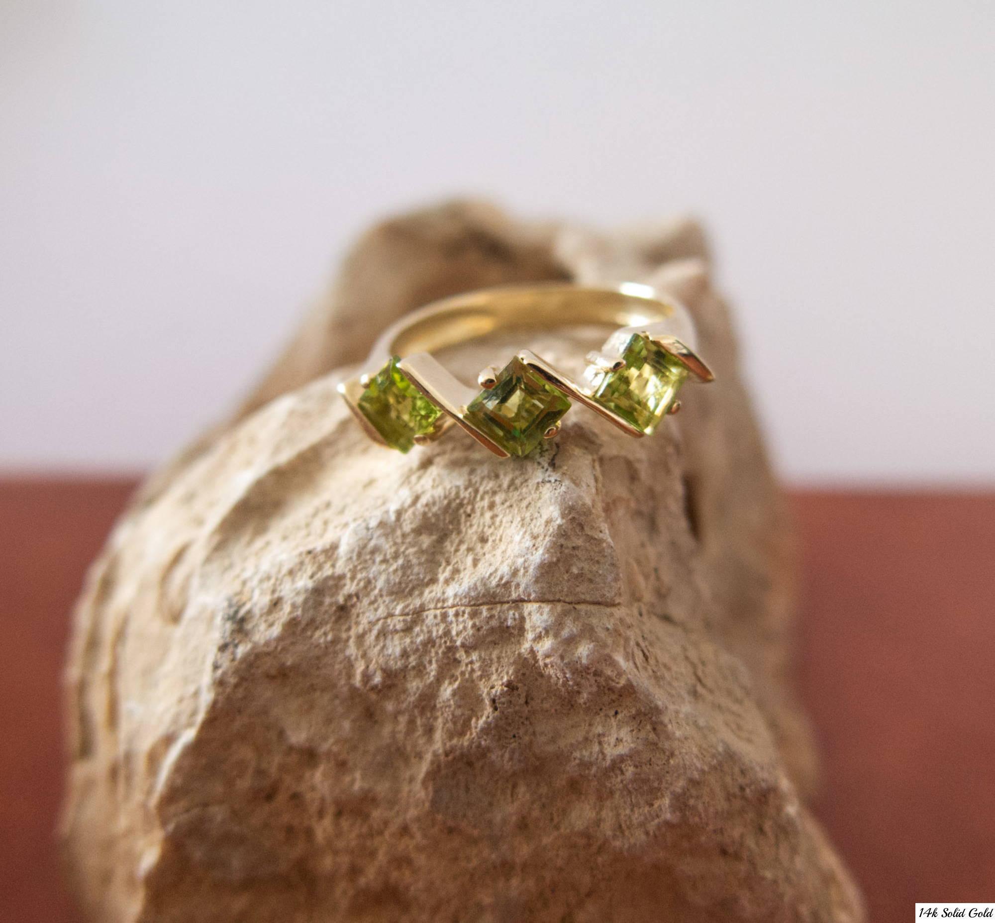 טבעת מעוינים פרידוט מזהב צהוב 14 קראט