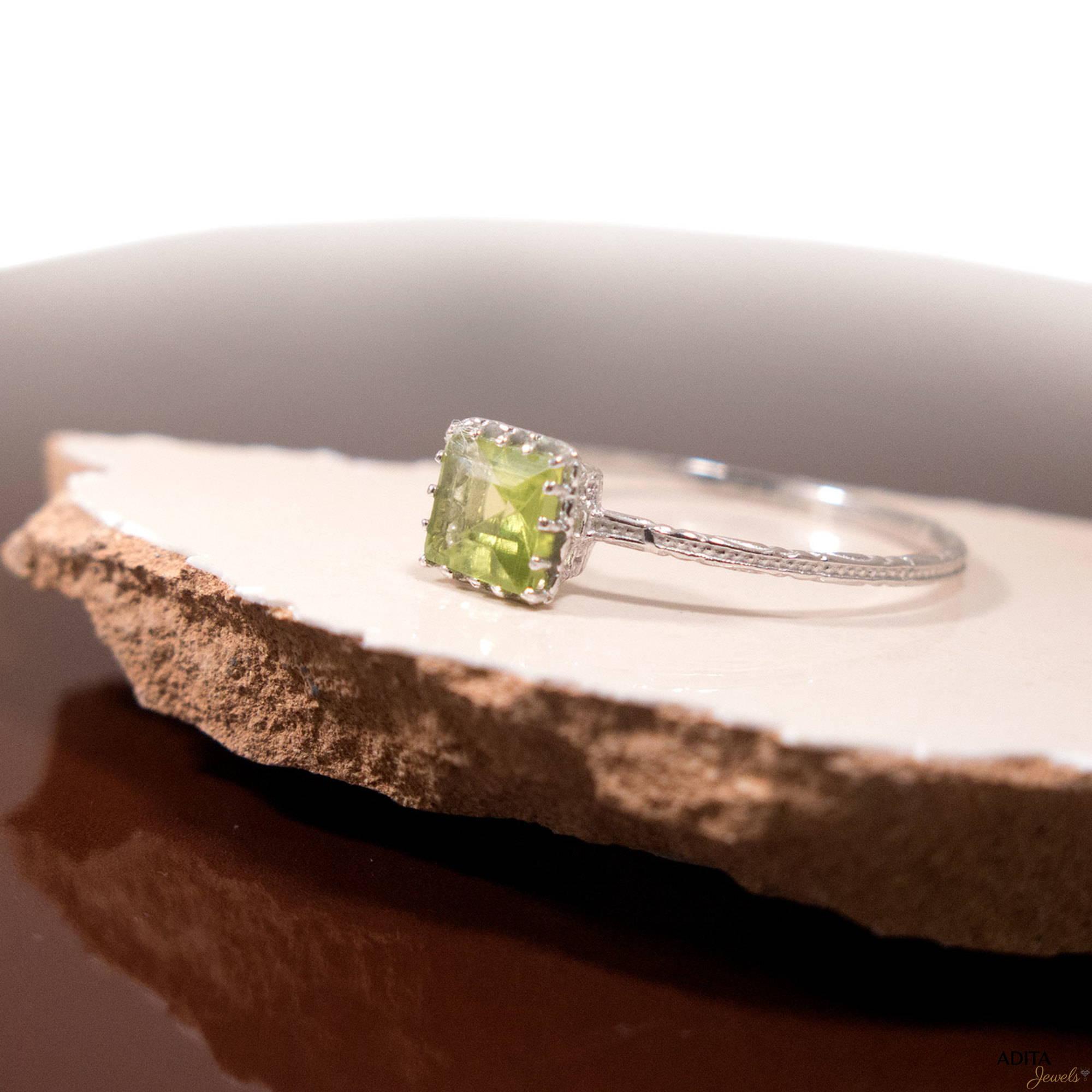 טבעת זהב 14 קראט עדינה עם אבן פרידוט