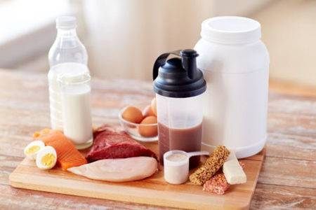 Proteinreiche Lebensmittel auf einem Holzbrett