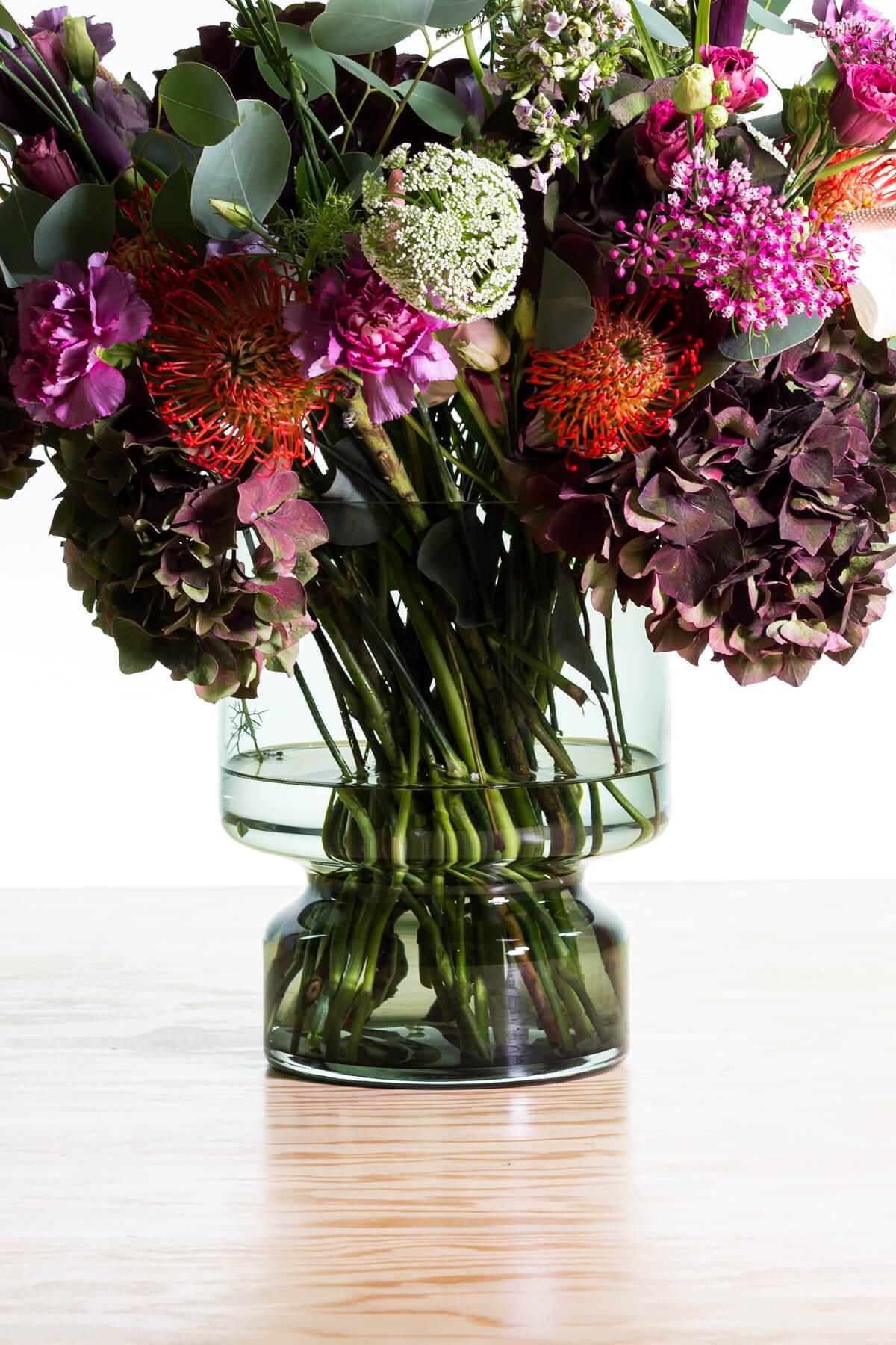"Vase ""Hildegard"" rauchgrau mit Blumen Sellerie Kollektion – diesellerie.com"