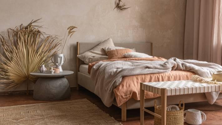 Schlafzimmer mit Bettwäsche in Naturfarben