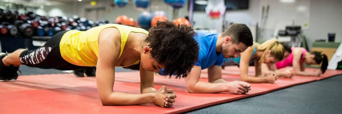 Gruppe in der Trainingshalle beim Plank