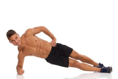 Mann bei der Sixpack-Übung Side Planks