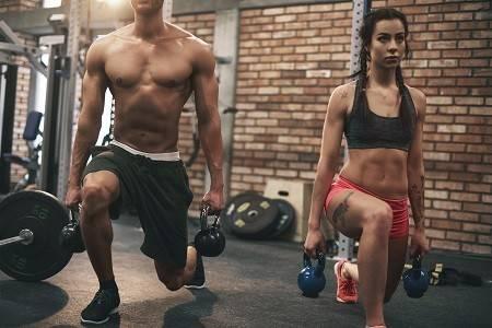 Paar beim Training mit Kettlebells