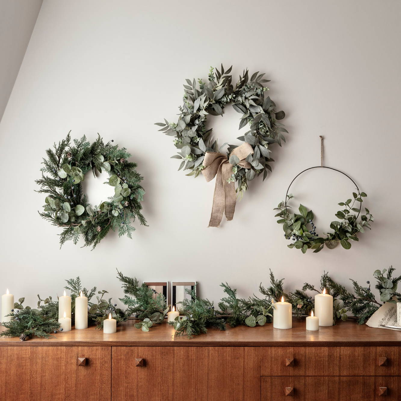 Weihnachtskränze an der Wand und Weihnachtsgirlanden auf dem Tisch