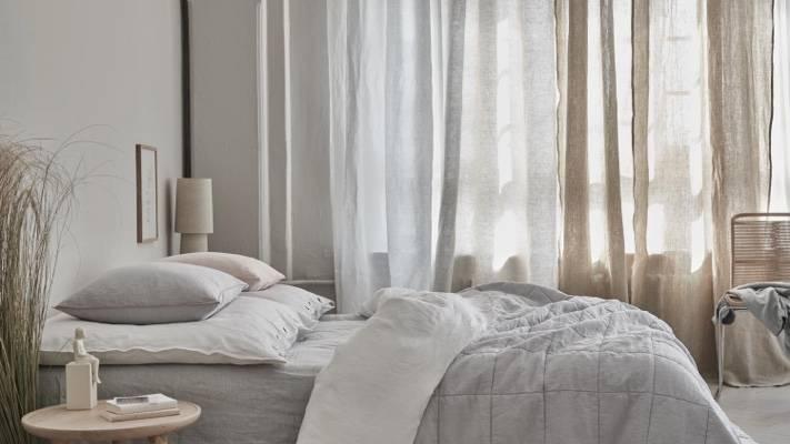 Schlafzimmer mit Leinenvorhängen