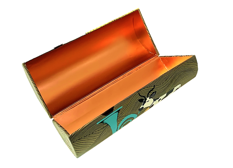 Clamshell box with hidden magnet closure
