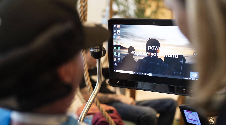Mann interagiert mit seinem Bildschirm auf einem Gerät der I-Serie mit Computer Control von Tobii Dynavox
